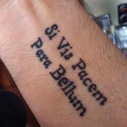 Tatuaje Frase Latín Si vis pacem, para bellum - Si quieres la paz, prepárate para la guerra.