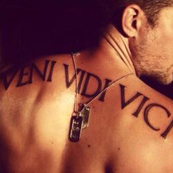 Tatuaje Frase Latín Veni, vidi, vici - Llegué, vi y vencí.